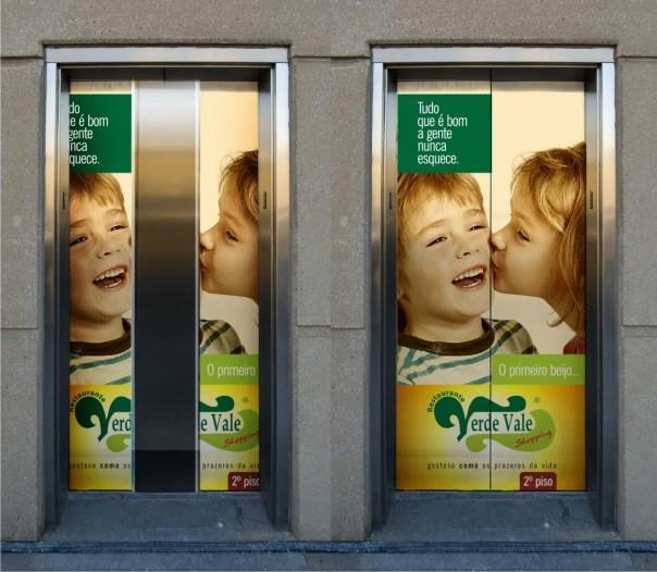porta de elevador beijo